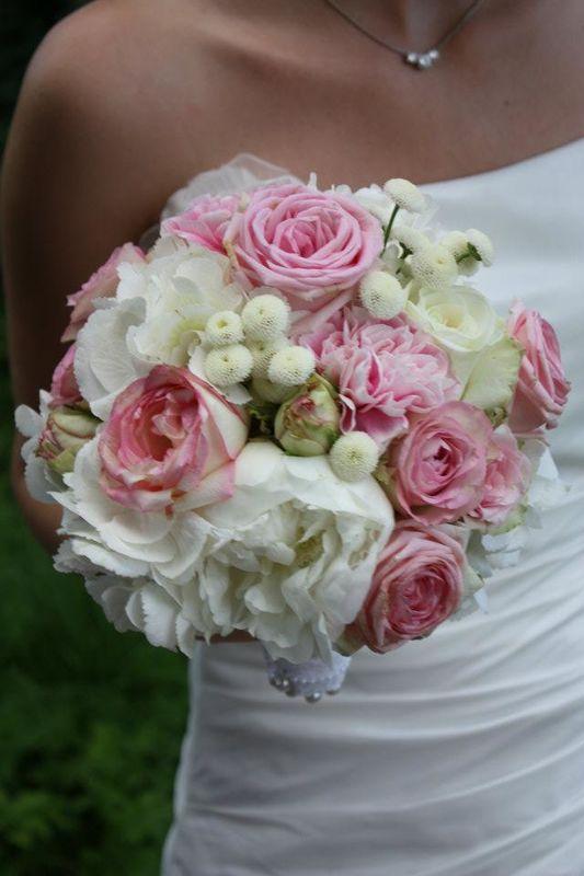 Pfingstrosen, Hortensien und Rosen, begleitet von lieben kleinen Blümchen...zauberhaft und leicht.