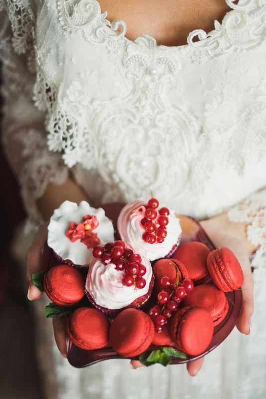 Макаронс и капкейки со смородиной - в цвете марсала