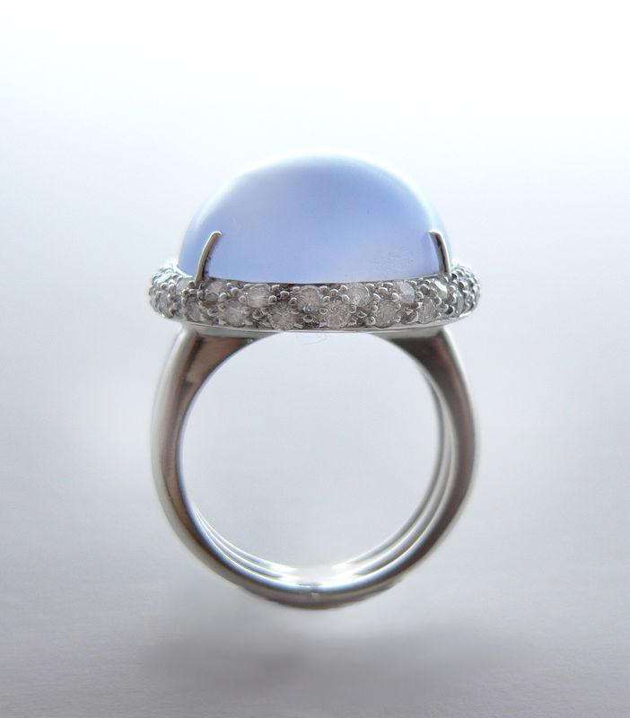 Precioso contraste de color para una novia diferente : Anillo en oro blanco con calcedonia azul y cuajado de diamantes.