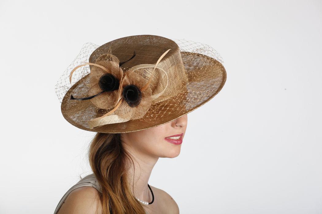 Sombrero canoutier, fabricado en sinamay con adorno de flores confeccionadas en sinamay , ramillete de plumas y tul. Modelo elegante, clásico pero actual. Lo podemos fabricar en mas de cuarenta colores diferentes mas las posibilidades de combinaciones.