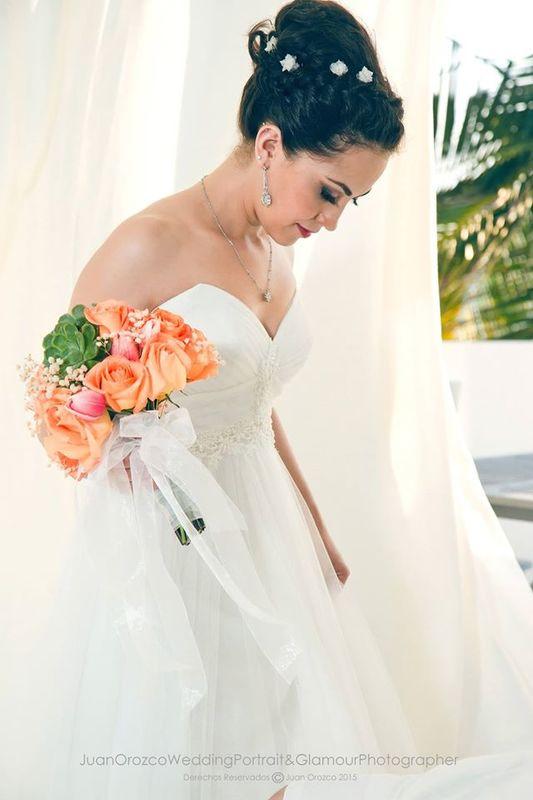 Erika Hernández Imagen Cuando el novio es mucho más alto que la novia, llevar un recogido alto ayuda a verte un poco más alta.