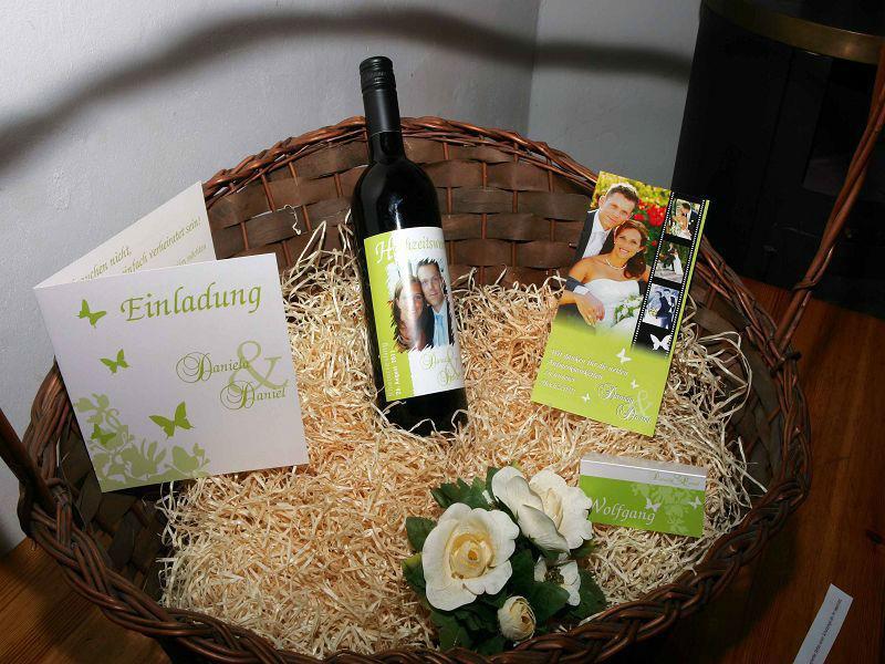 Beispiel: Hochzeitseinladung und Wein in einem Design, Foto: Hochzeitswein - Weingut Zickl.