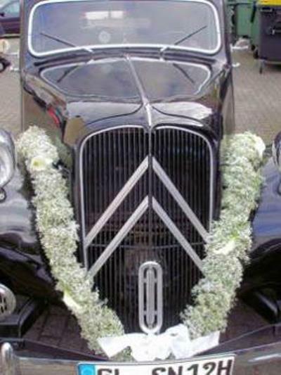 Beispiel: Blumenschmuck für das Hochzeitsauto, Foto: Florica.