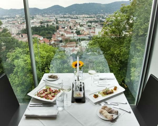 Beispiel: Landschaftsblick und Festessen, Foto: Restaurant Schlossberg.