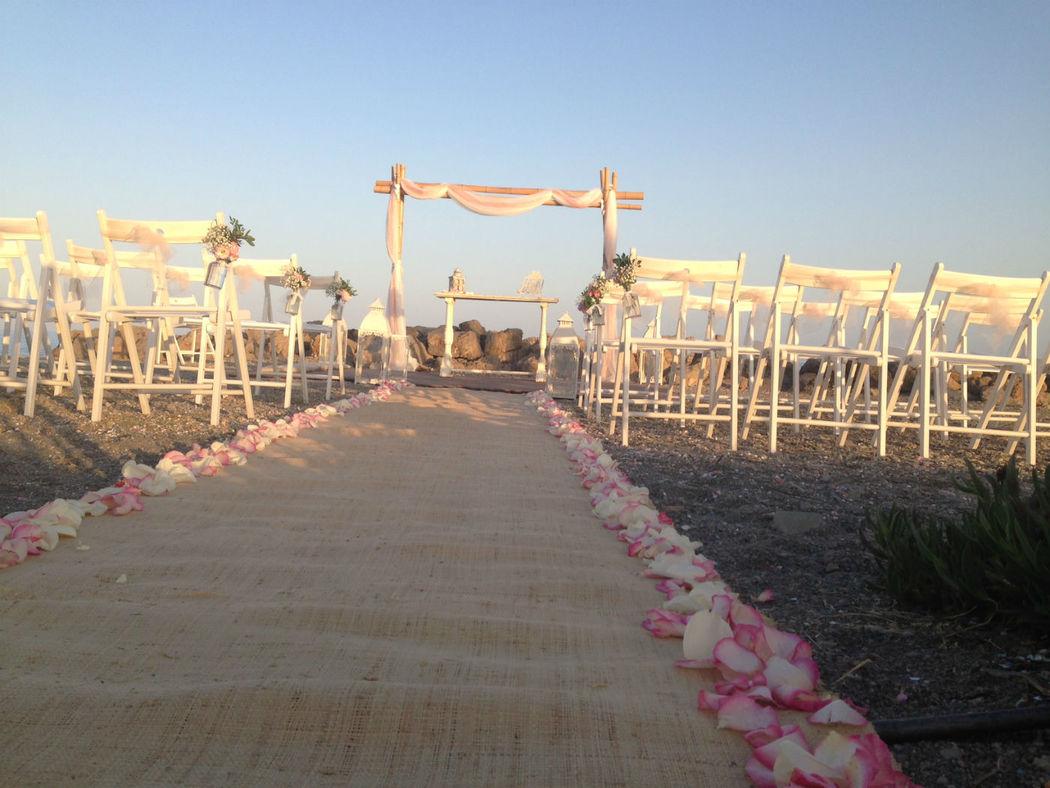 Ceremonia con decoración rosita y blanco