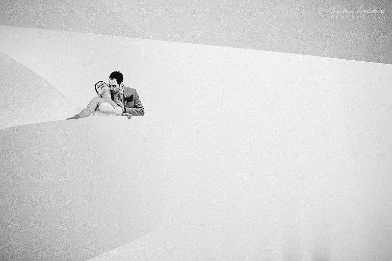 Fotografia de los novios en blanco y negro tomada en Puerto Vallarta
