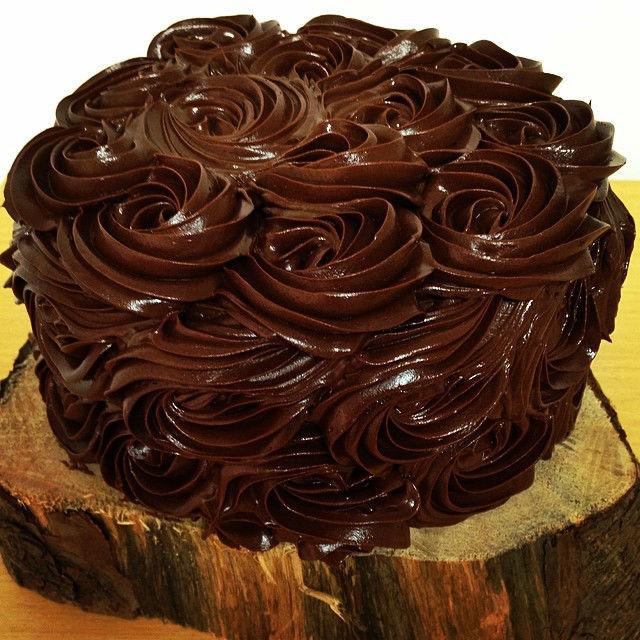 Torta decorada en forma de rosas de chocolate