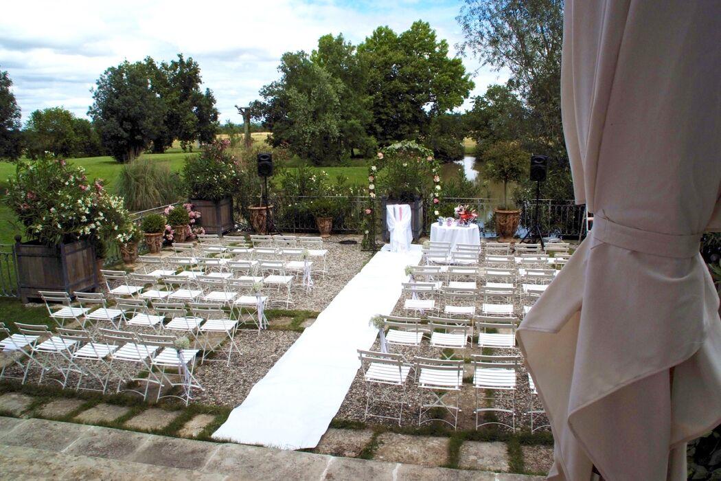 La terrasse surplombant l'étang organisés pour une cérémonie laïque