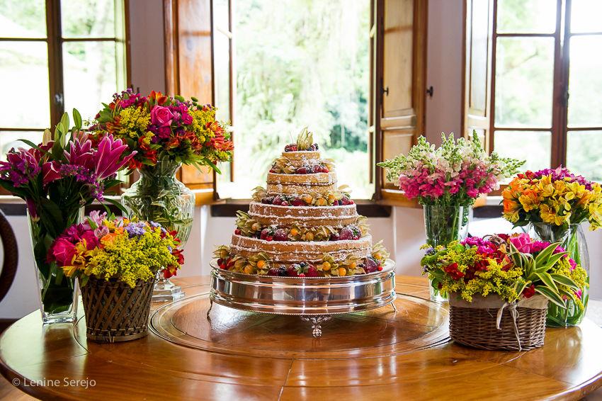 Mega Naked cake de frutas silvestres em boleira de prata.  Combinação perfeita entre o rústico e o clássico.