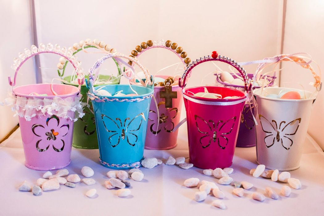 Descripción : Balde metálicos con asas metálicas Colores : rosado, celeste, morado, verde pistacho, fucsia Medidas: Ancho 7 cms. Alto 9 cms. Rellenos: Naranjitas, dulces anís, Gomitas, guagüitas sustancia, entre otros.