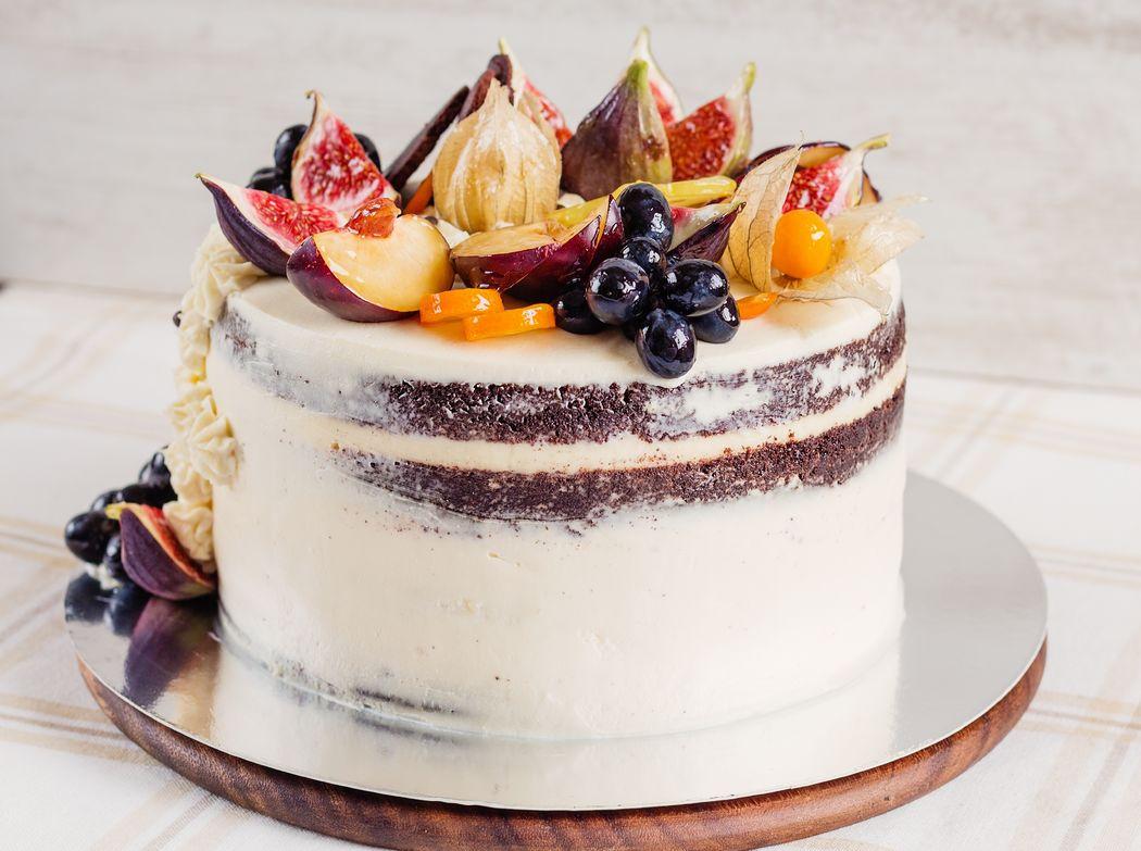 Naked Cake de Natal. – massa genoise branca com recheio de trufa branca de amêndoas ou nozes com damasco, decorado com frutas frescas (physalis, figo, ameixa vermelha, uva).  20 pessoas: R$170,00 25 pessoas: R$200,00 30 pessoas: R$225,00