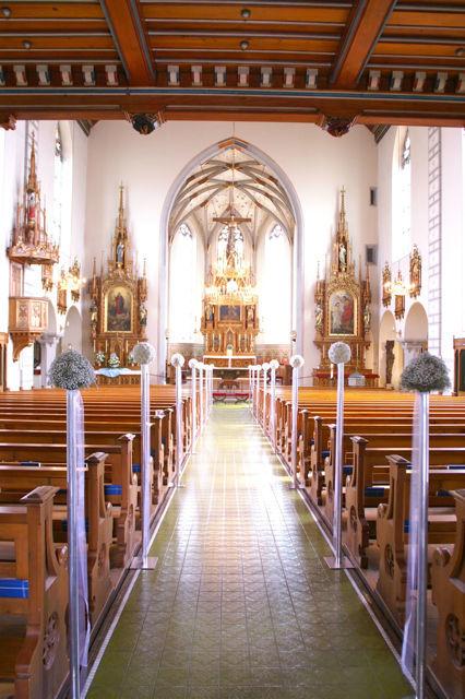 Beispiel: Florale Dekoration der Kirche, Foto: Hochzeitsblumen.ch.