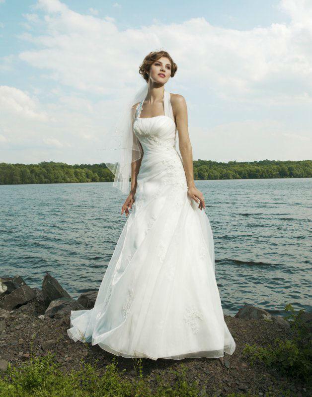 Beispiel: Brautkleid mit Neckholder, Foto: Silhouette.