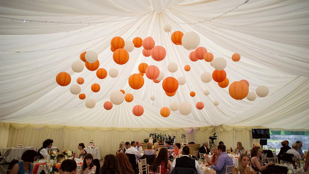 Styling van je huwelijks feest door middel van oranje en witte lampions