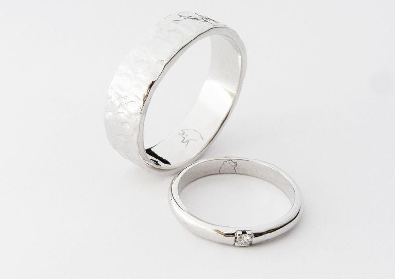 MIOeTUO - anelli in oro bianco, effetto battuto e liscio con diamante, incisione interna di due animali