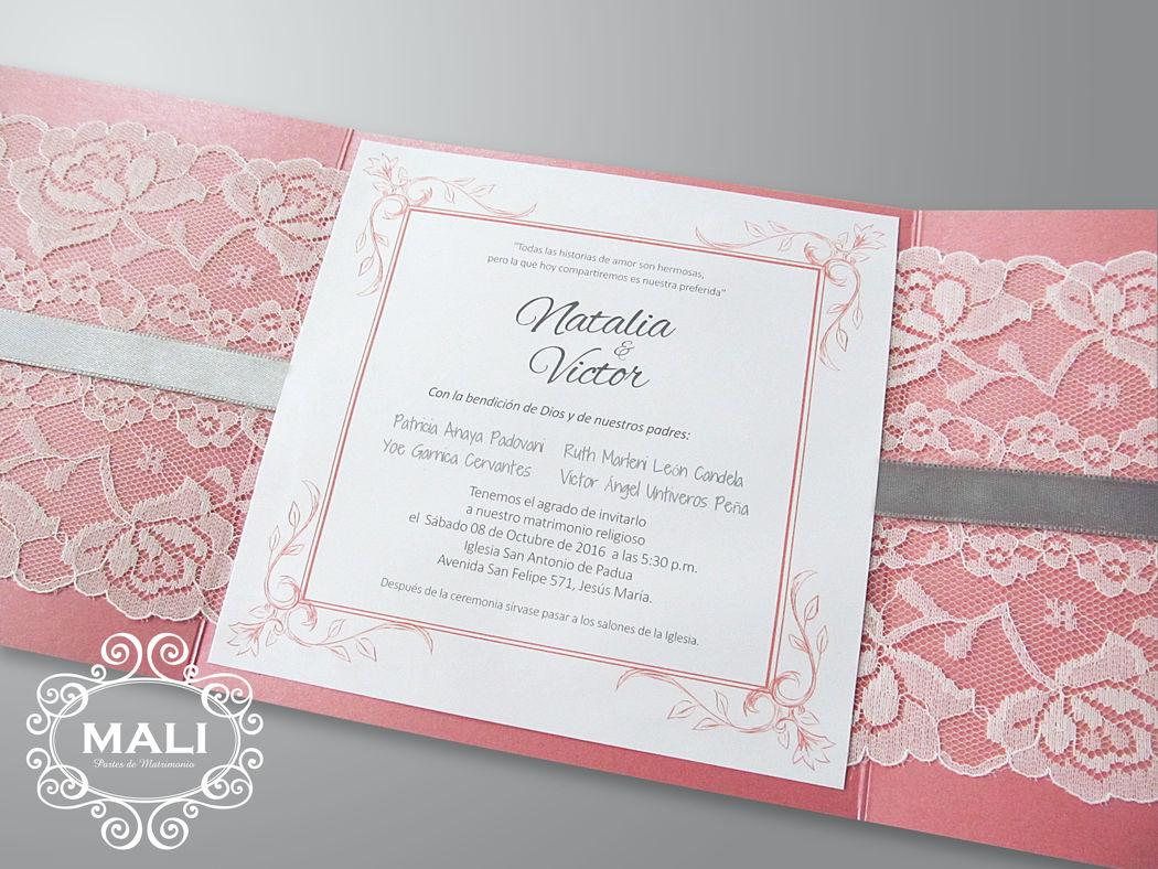Interior, invitación fija sobre blondas y cinta gris.