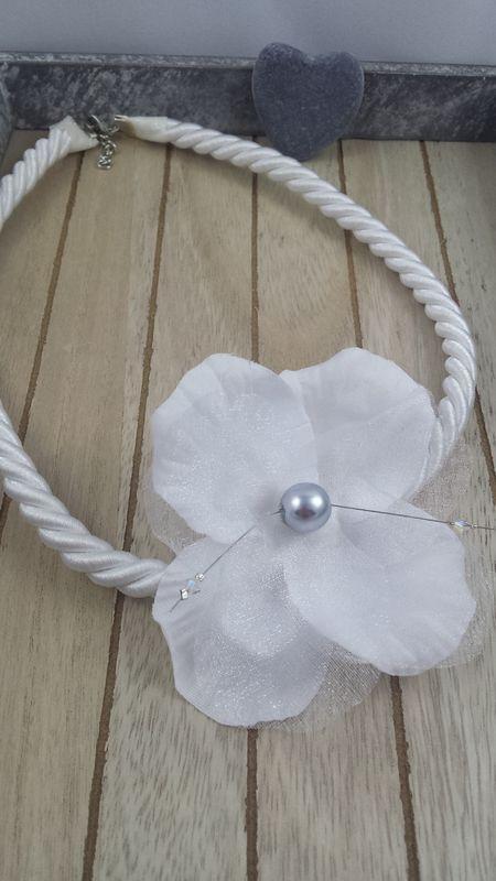 Amelina - Collier Emilie Fleur de soie rehaussée de perles entièrement réalisée à la main. Personnalisable à la couleur souhaitée.