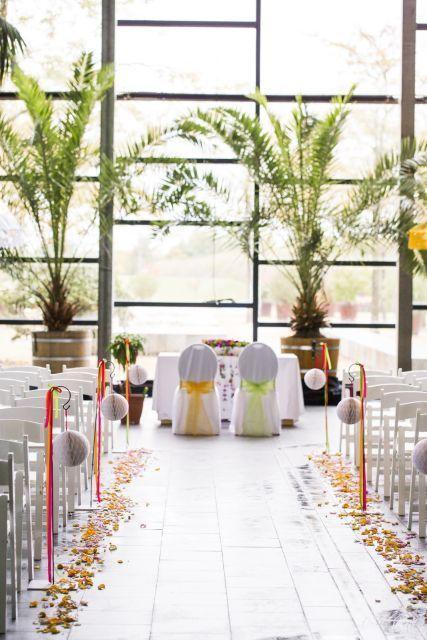 Eine leere Halle zur tropischen Blickfang dekoriert.