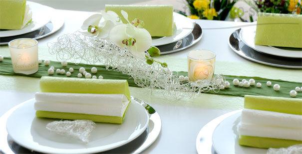 Beispiel: Tischdekoration zur Hochzeit in Grün mit Deko-Objekt aus Silberdraht, Foto: Tischdeko-Shop.de.