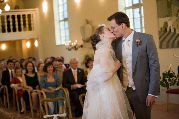 Beispiel: Brautpaar Kuss, Foto: Friederike Fiebelkorn.