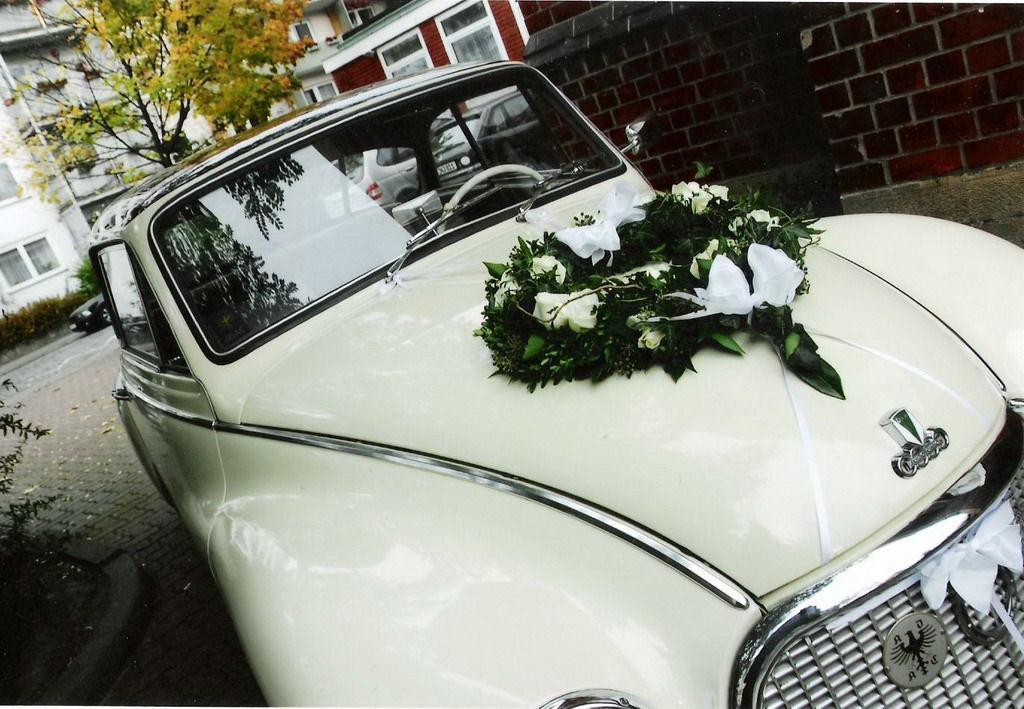 Beispiel: Blumen für das Hochzeitsauto, Foto: Wilheine Blumenbindekunst.