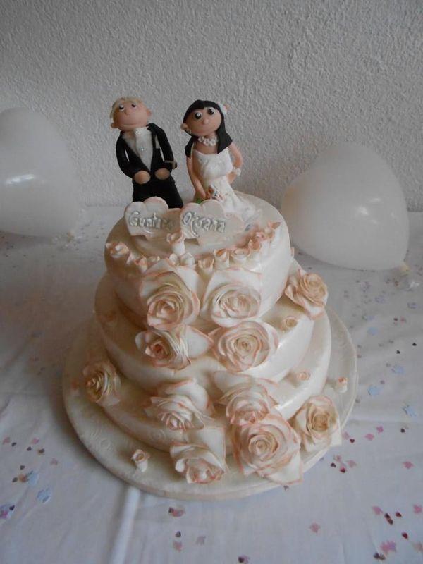 Handmodeliertes Brautpaar mit Handgemachten Rosen... Himbeermascarponequarktorte.
