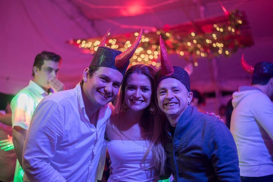 Con los novios Tona Y Gil foto por: Valentina Gómez Fotógrafo.