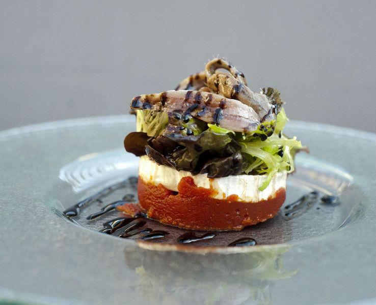 Ensalada de queso de cabra con anchoas de Santoña y mermelada de tomate