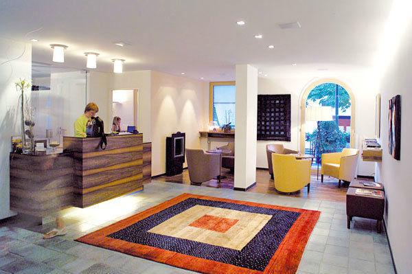 Beispiel: Rezeption, Foto: Hotel Hirschen Dornbirn.