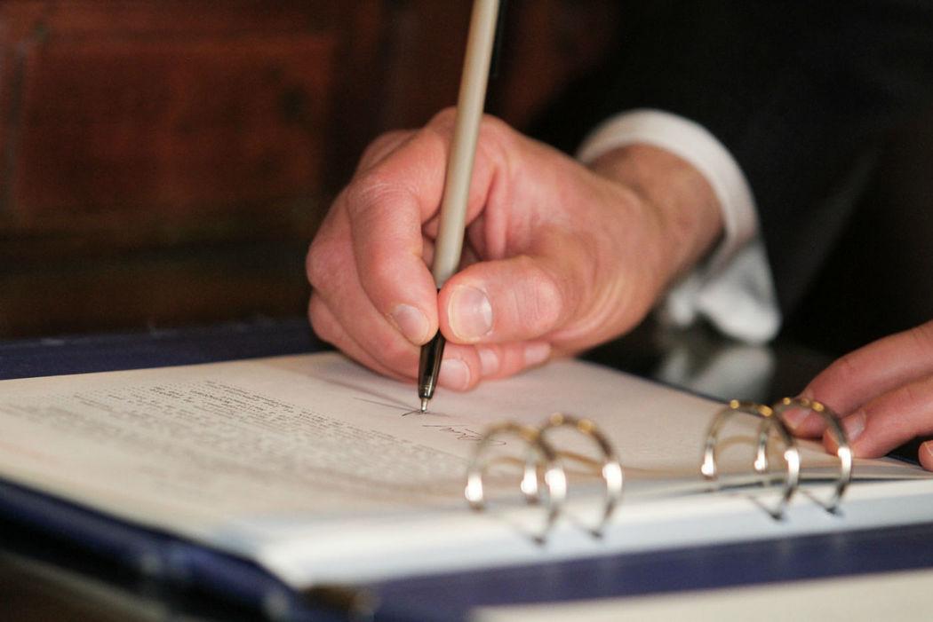 Signatures à la mairie.