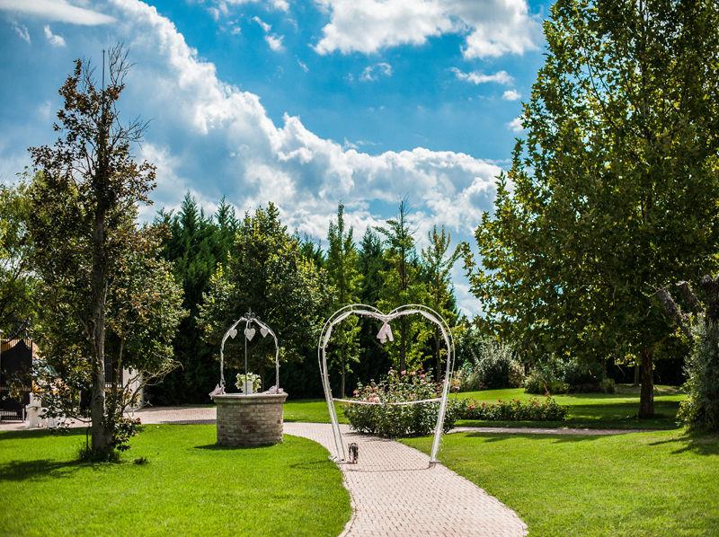 ingresso con arco a forma di cuore - Villa Rosa