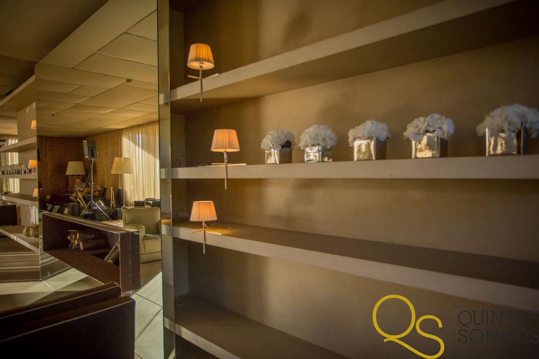 Detalhes do foyer da Sala Sonhos:  - lareira, - sofás; - prateleira para exposição de lembranças (...)