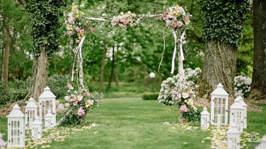 Pergola do ślubu plenerowego wykonana z brzozy