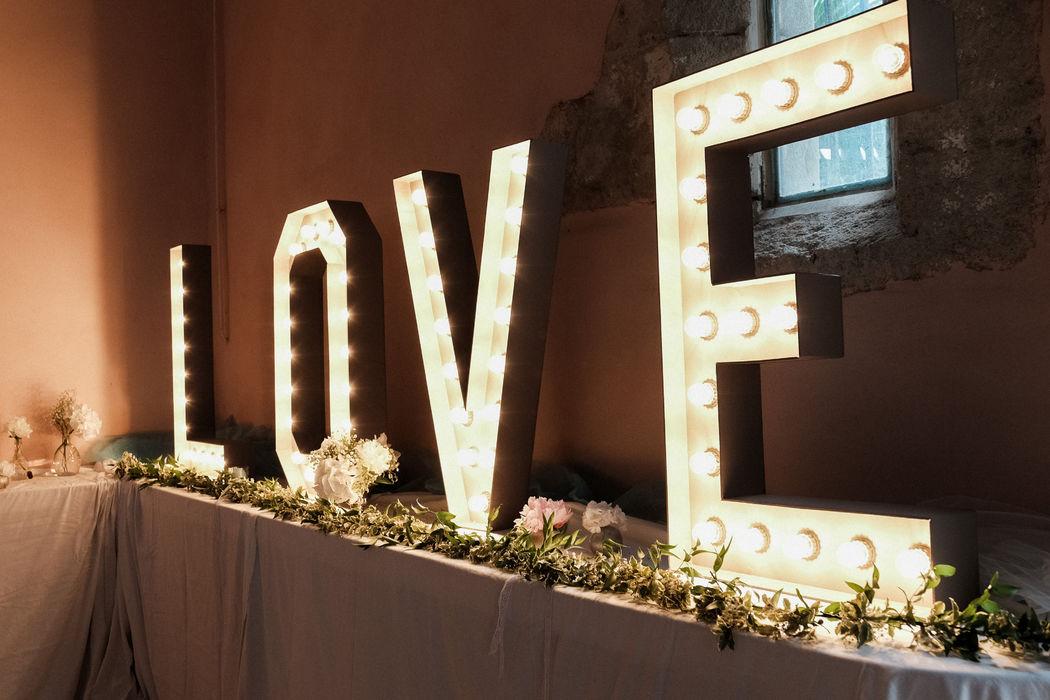 Notre LOVE géant conçu dans nos ateliers . Disponible à la location #lovegeant