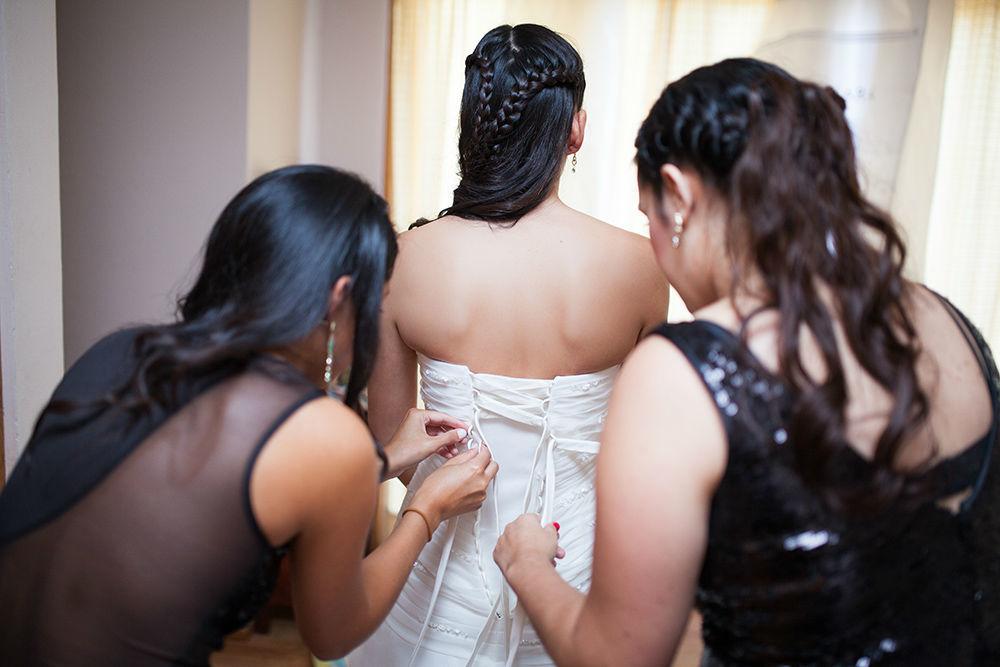Las amigas ayudando a la novia.