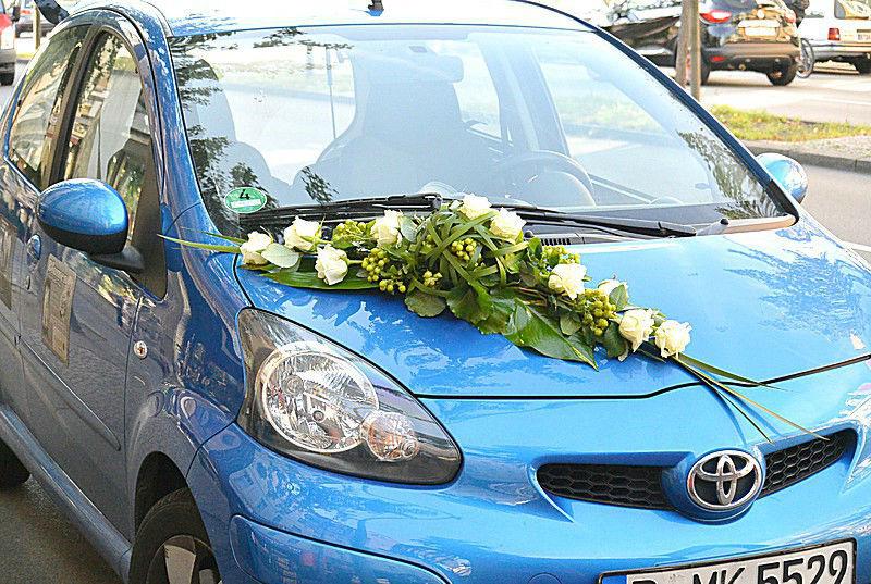 Beispiel: Autogesteck in hellen Farben, Foto: Florist Atelier Klotz.