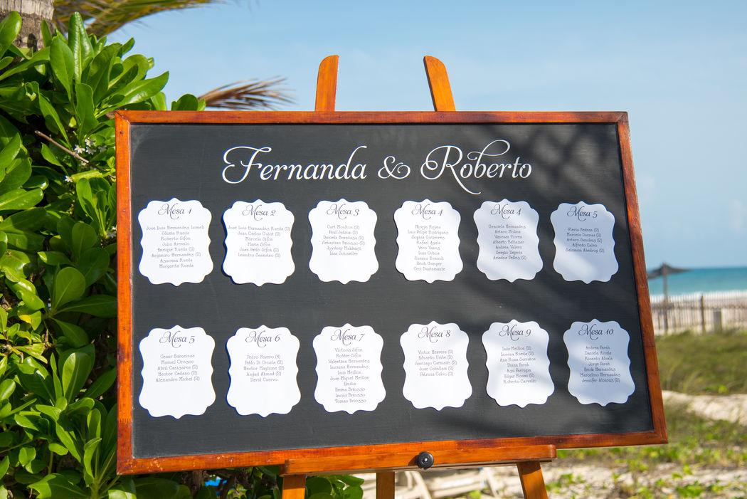 Asignación de mesas #mobiliarioparaeventos, #bodasenlaplaya #beachweddings #centrosdemesa #centerpieces #bodasencancun #partyboutiquecancun #udwfinefurniturerental #prettyflowerscancun