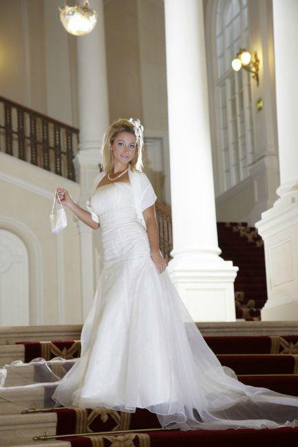 Beispiel: Brautkleid mit passenden Accessoires, Foto: Lia Brautmoden.