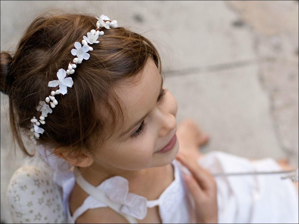 Couronne de fleurs blanche pour enfant avec lilas et fleurs des champs. Fait main