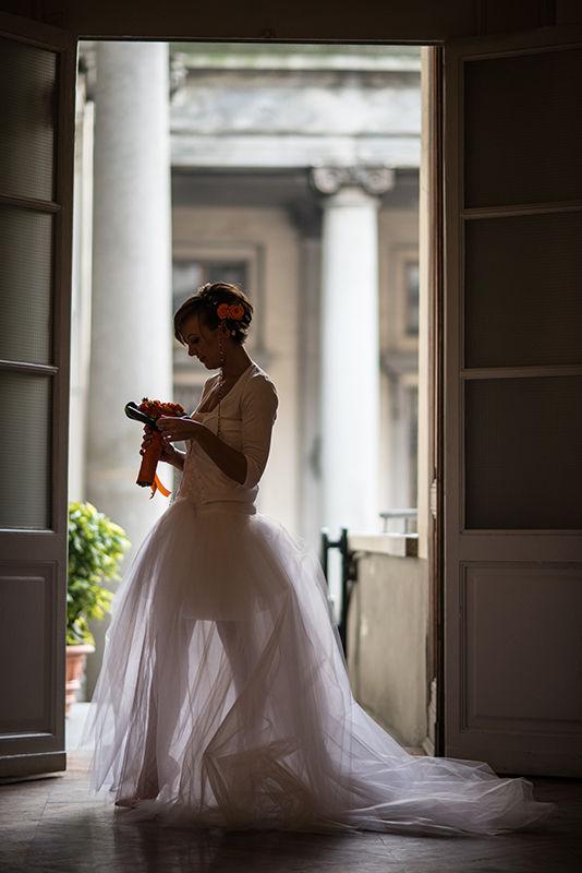 La sposa attende all'ingresso della sala comunale di Torino