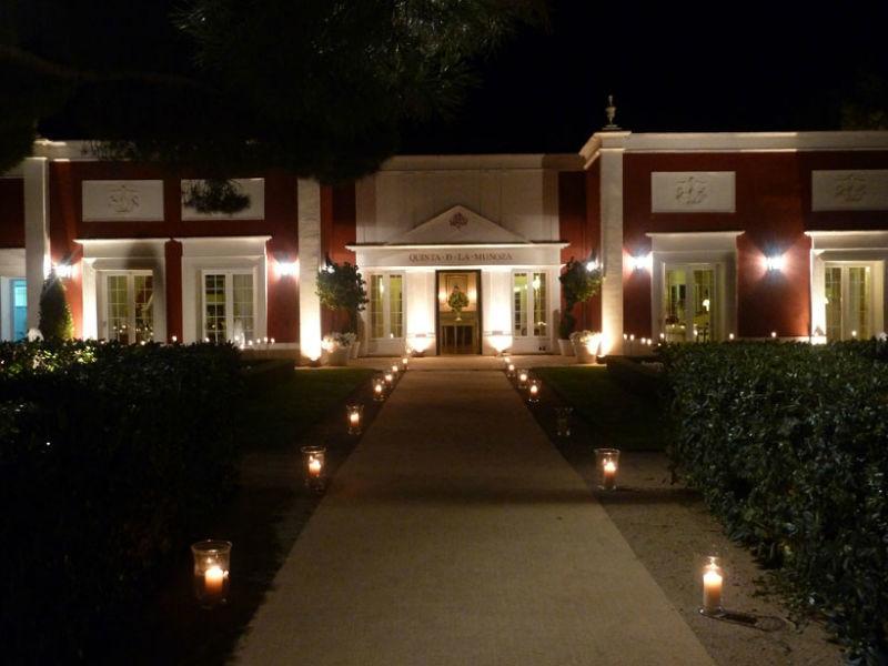 Aspecto nocturno de los jardines y la fachada principal