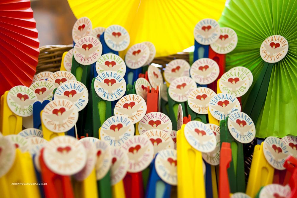 Detalhe dos leques coloridos com a logo do casamento
