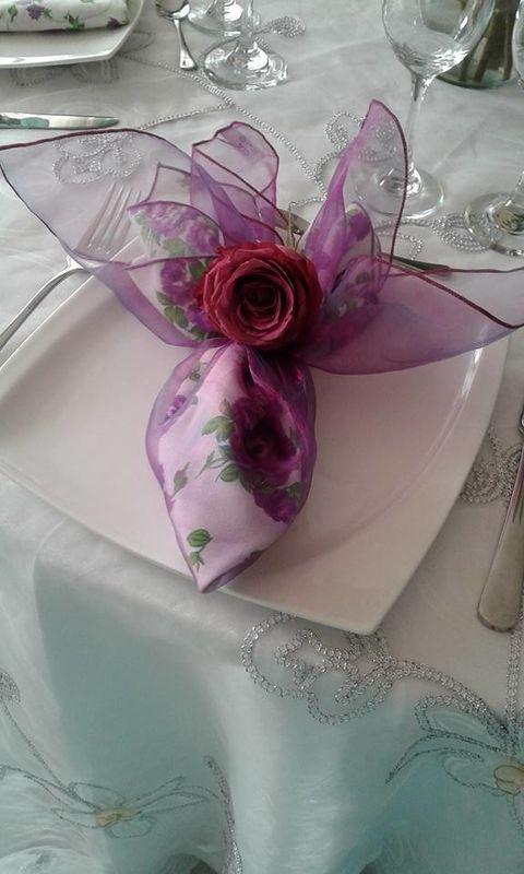 Servilleta en Lino estampado de flores y organza color magenta.