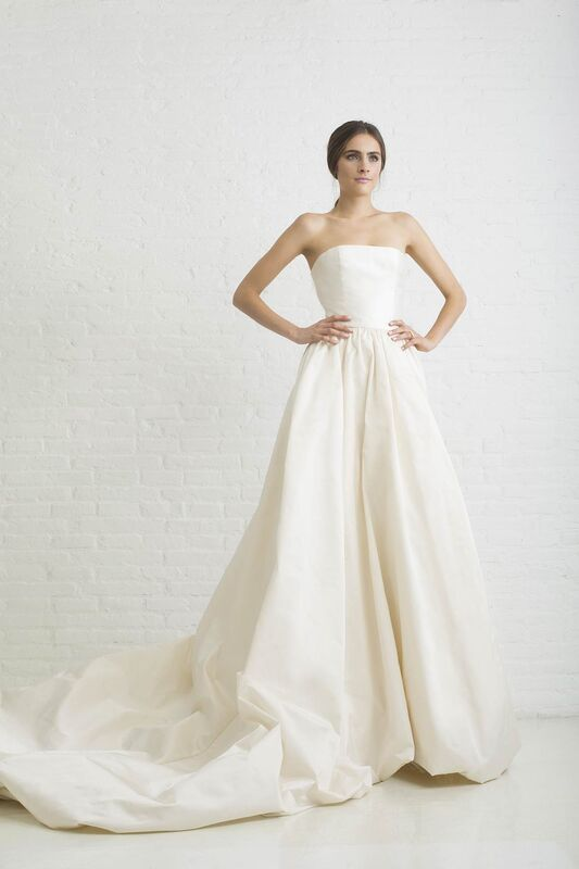 ANTONIA. Vestido de novia de tafetan de seda natural de falda gonflèe con talle a la cintura y frunces. Escote palabra de honor.