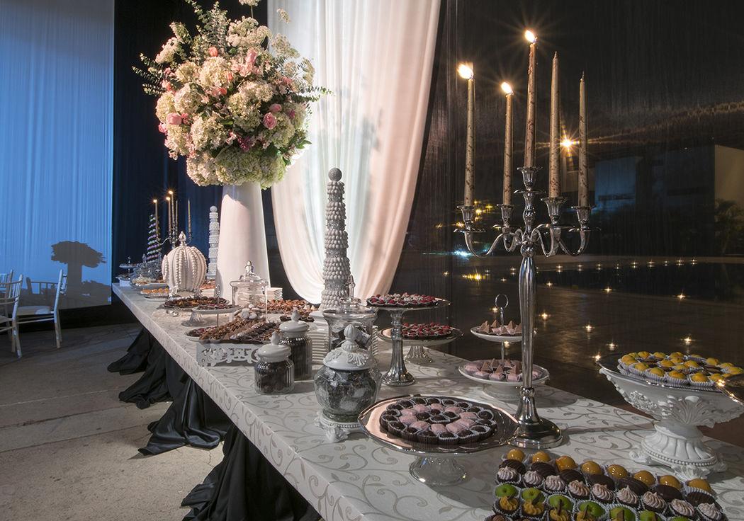 Mesa de dulces con conos de almendras, huevo fabergé, mana, trufas, bombones, etc..