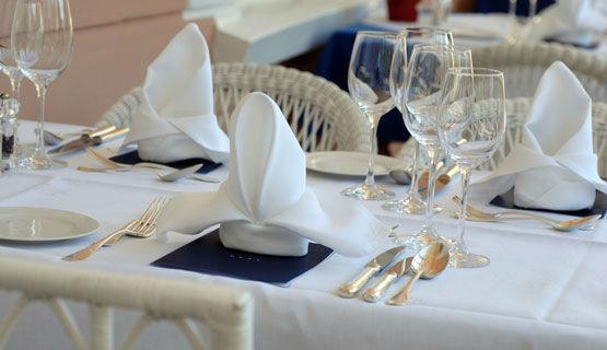 Beispiel: Festliche Tischdekoration, Foto: Schweizerhof Flims.