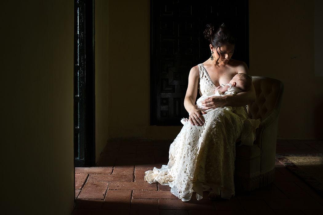 Momento íntimo y maternal en una boda en Córdoba. Por Valentín Gámiz fotógrafo de bodas.