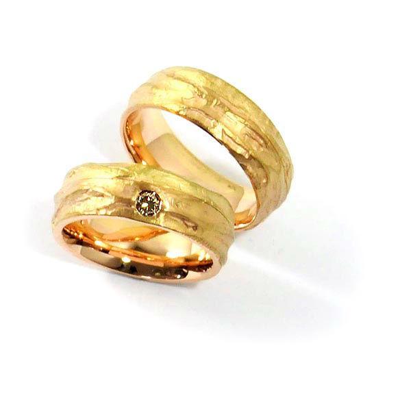 Eheringe in Gelbgold 750 und Rotgold 750, strukturiert; Damenring mit champagnerfarbenem Brillant