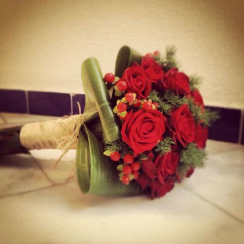 Bouquet de rosas rojas con hiperycum