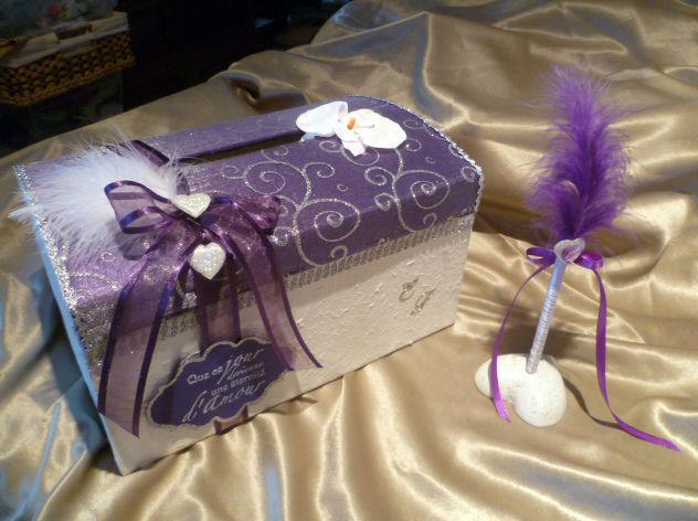 urne violet blanc arabesques argent stylo sur socle